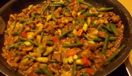 Wokken indisch gekruid gehakt met groenten en pindasaus recept ...