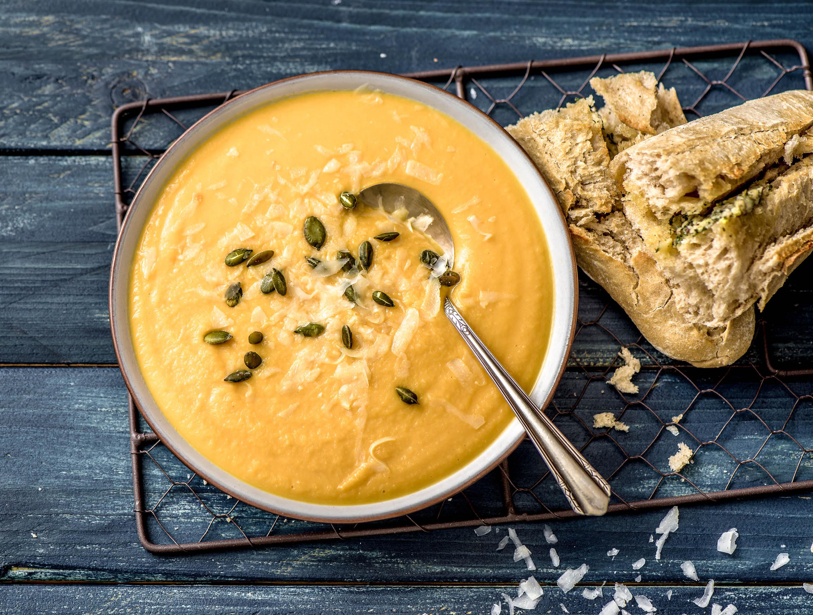Bataat-knolselderijsoep met pompoenpitten en kruidenbaguette
