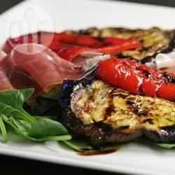 Warme auberginesalade met prosciutto, rode paprika en spinazie ...