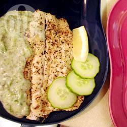 Regenboogforel met yoghurt-komkommersaus recept