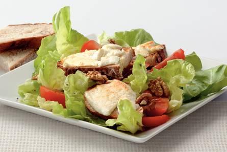Geitenkaassalade met notenhoningbrood