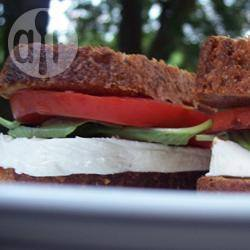 Basilicum, tomaat en mozzarella sandwich recept