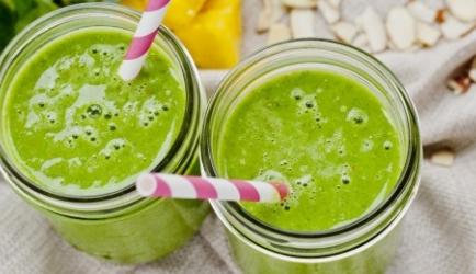 Fruitige, groene smoothie met spinazie, mango en sinaasappel ...