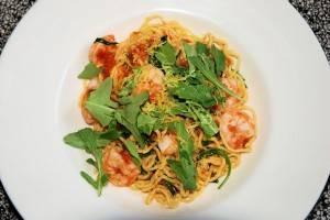 Spaghetti met garnalen, zongedroogde tomaten en rucola recept ...
