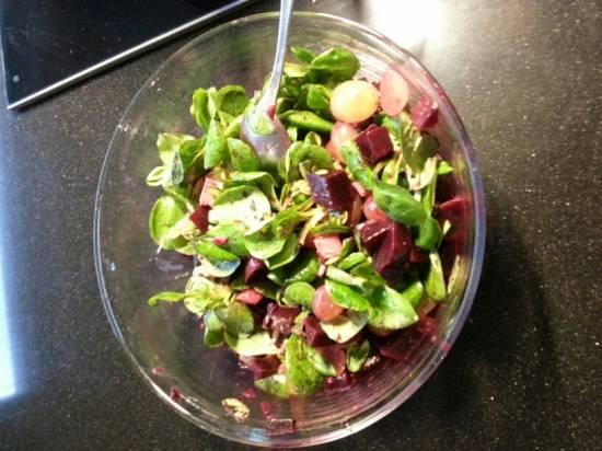 Rode bietensalade met mozarella en walnoten recept