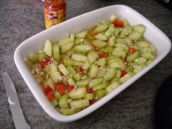 Atjar van komkommer en rode paprika recept