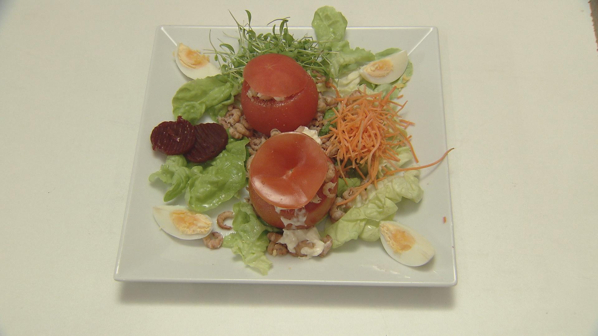 Zilte smaakbommetjes omhuld met sappig rood (tomaat garnaal met ...