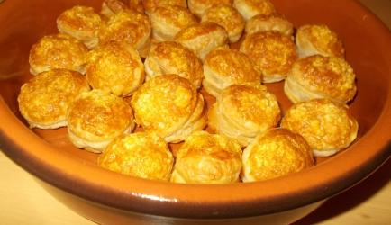 Pittige kaashapjes van bladerdeeg recept