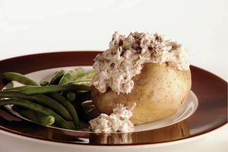Met romige tonijn gevulde aardappel